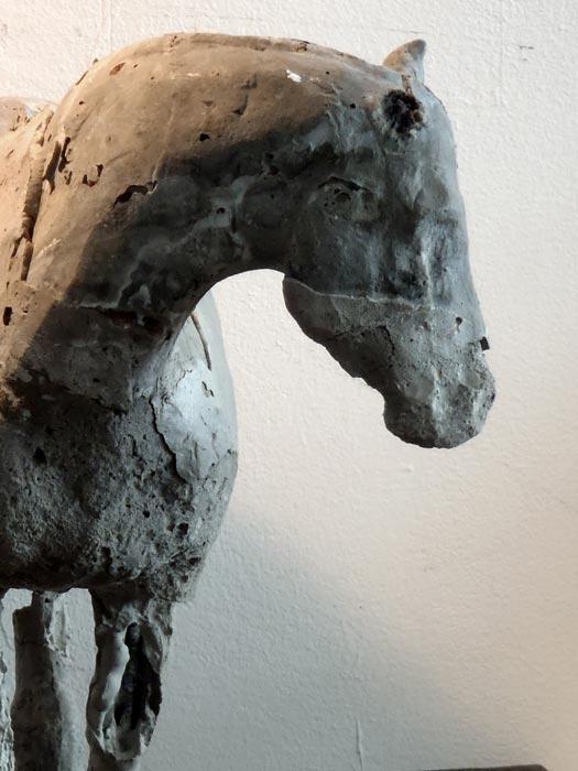 beton pferde skulptur pferd versehrt. Black Bedroom Furniture Sets. Home Design Ideas